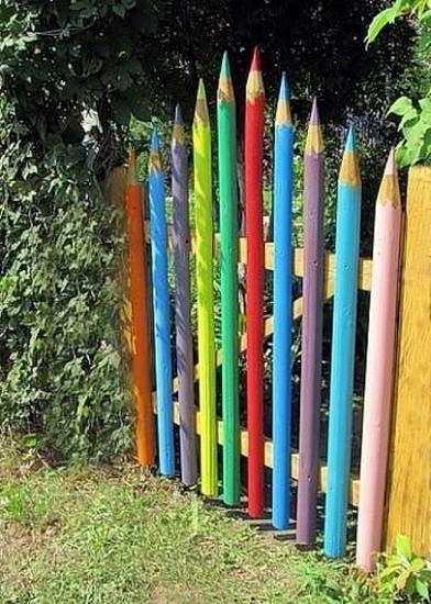 Калитка в виде цветных карандашей