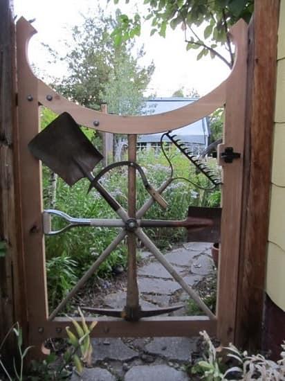 Калитка на даче из садовых приборов фото