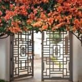 Калитка и цветущие кустарники