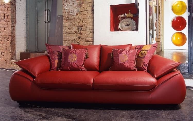 Яркий красный диван в интерьере фото