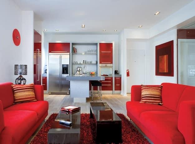 Два красных дивана в гостиной
