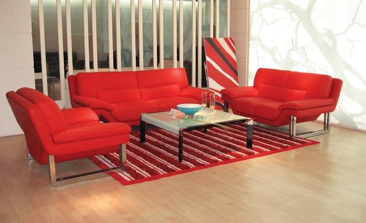 Красные диваны в светлом интерьере