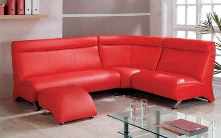Яркий красный диван в гостиной