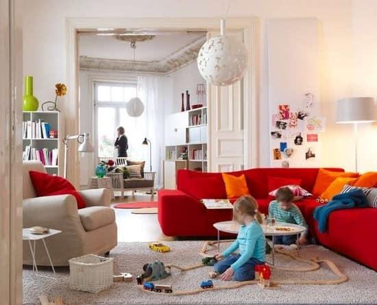 Сочетание красного и белого диванов