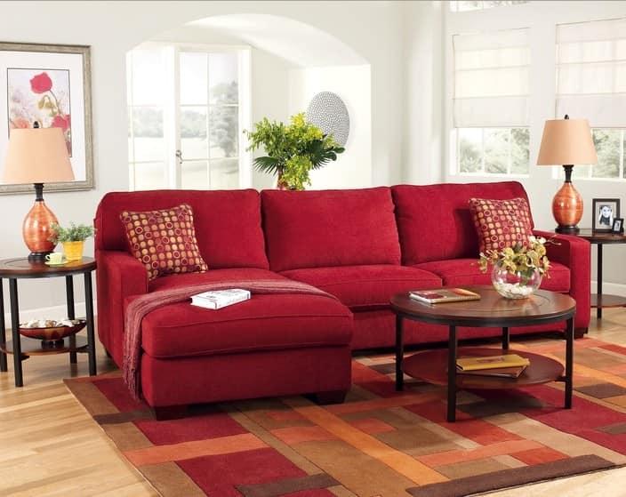 Темный красный диван в интерьере фото