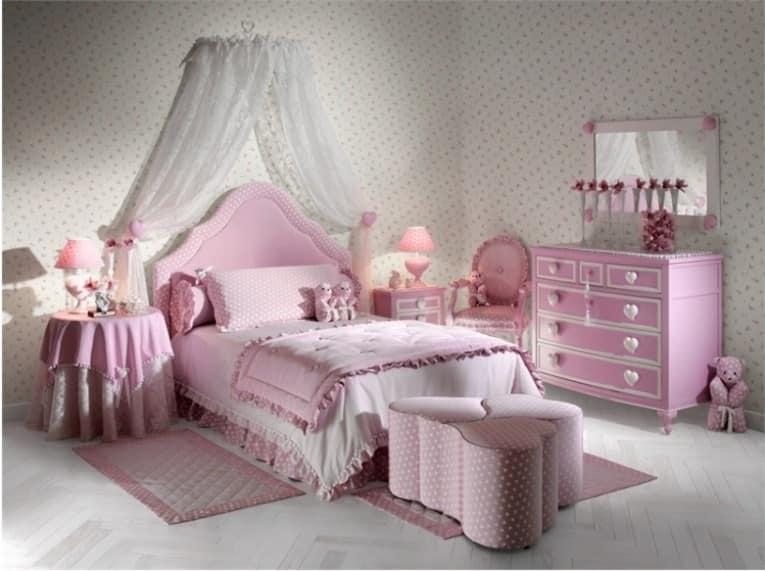 Детская кровать в спальне для маленькой принцессы