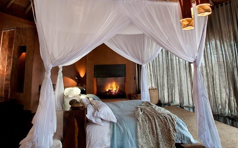 Кровать с балдахином, камин и другие детали спальни