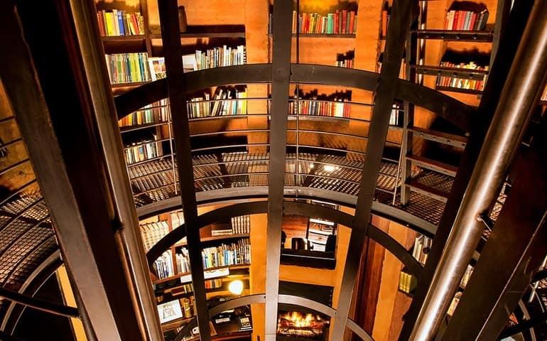 Огромная библиотека, если вы заскучали и решили почитать, тут и для вас что-то найдется