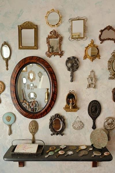 Много зеркал разной формы и размера в декоре интерьера квартиры