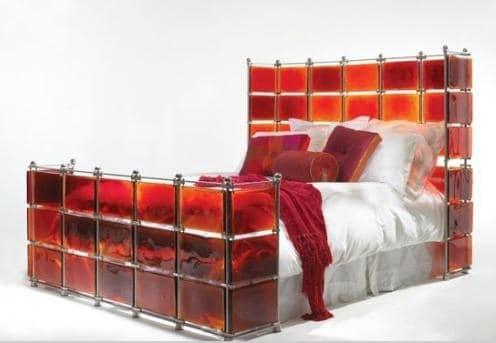 Кровать из витражей: толстое и прочное стекло