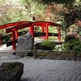 Красный мостик в саду