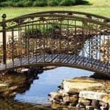 Садовый мостик над водой