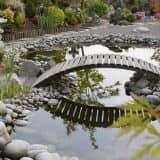 Самодельный мостик в саду