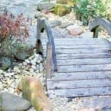 Простой садовый мостик