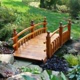 Красивый мостик в саду