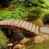Садовый мостик из бревен