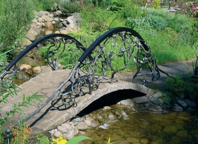 Декоративный мостик с коваными перилами