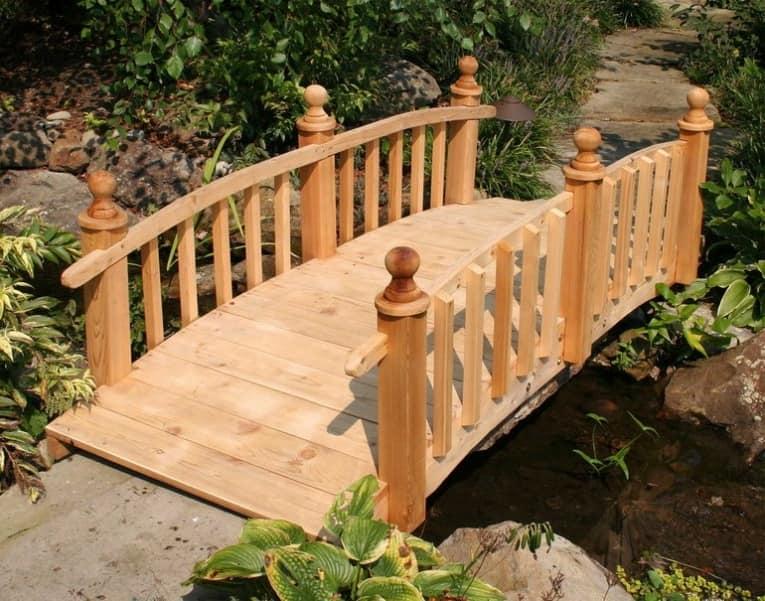 Простой деревянный садовый мостик
