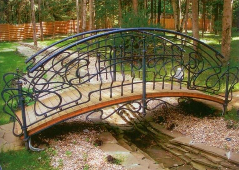 Декоративный мостик на ручьем в саду