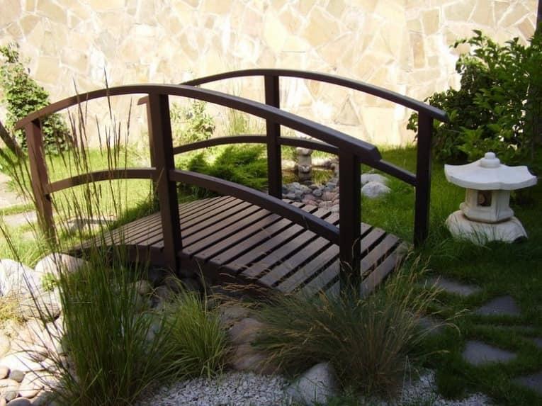 Маленький деревянный мостик в саду