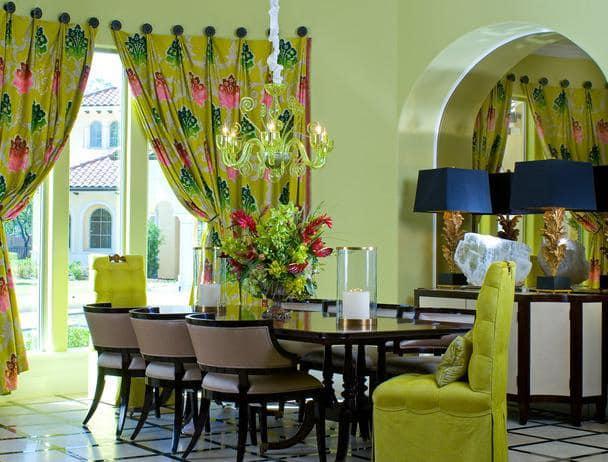 зеленые стулья и шторы в декоре дома