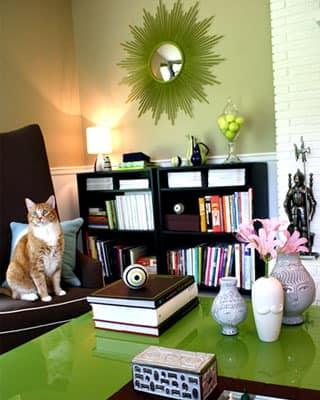 Блестящий зеленый стол - яркая деталь интерьера