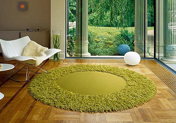 Пушистый зеленый круглый ковер - газон у вас дома