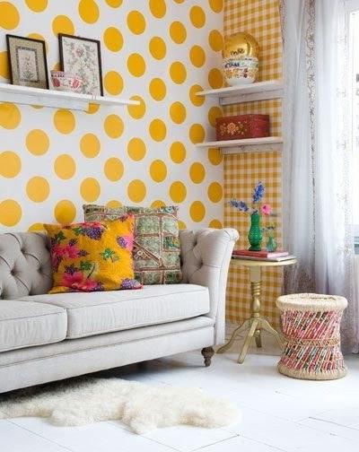 Желтые обои с принтом горох в гостиной