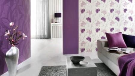 Сочетание темных фиолетовых и светлых обоев в гостиной