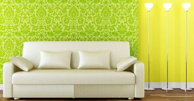 Яркие зеленые и желтые цвета обоев в гостиной