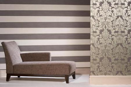 Обои в гостиной с горизонтальными полосами и крупным рисунком