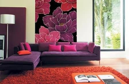 Яркие цвета и крупные принты обоев на стенах в гостиной