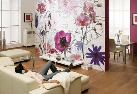 Цветочные принты на обоях в гостиной