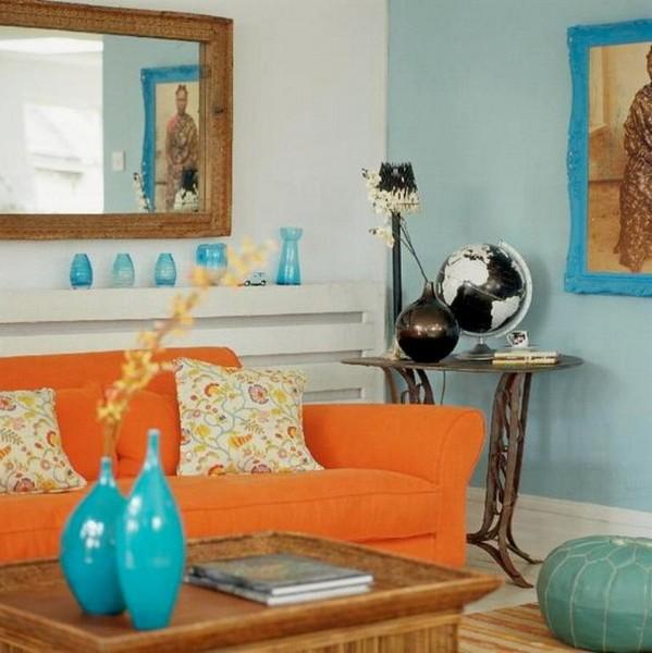 Оранжевый диван в сочетании с голубым цветом