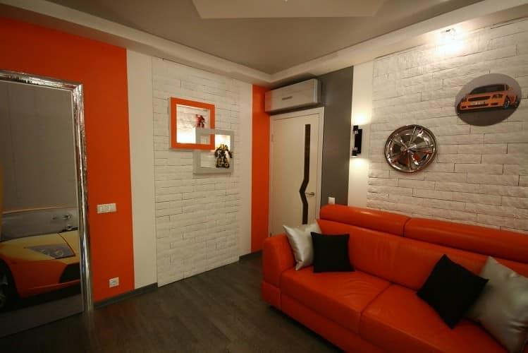 Оранжевый диван и другие элементы интерьера