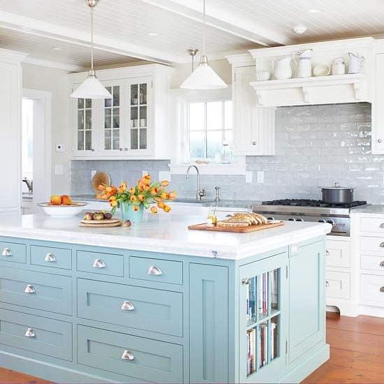 Квадратный остров на кухне в стиле кантри фото