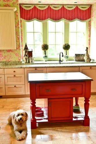 Маленький красный остров на кухне с местом для собачьей миски