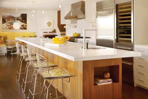 Барная стойка со стульями возле острова на кухне