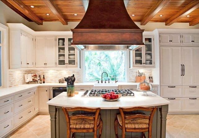 Кухонный остров с плитой и вытяжкой над ним