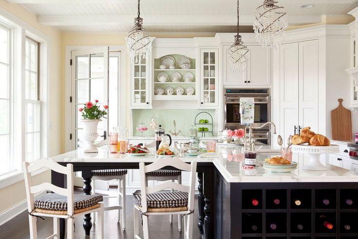 Дизайн светлой кухни с островом и столом