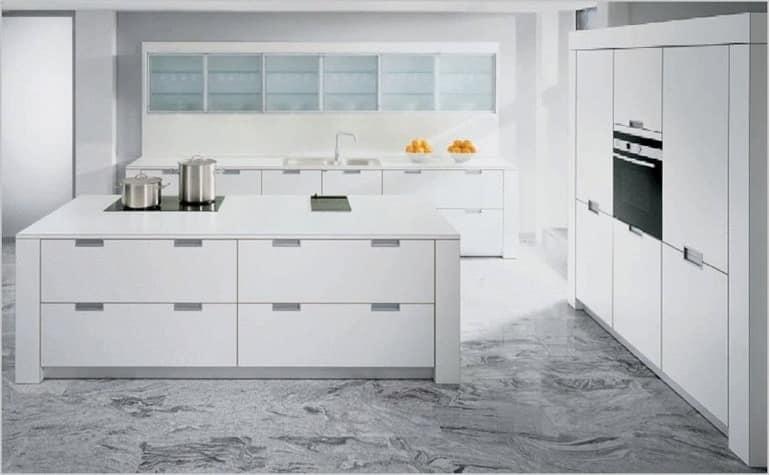 Белая кухня с островом в стиле минимализма фото