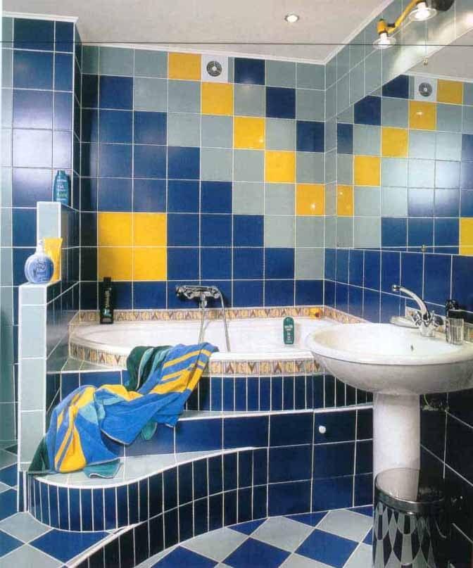 Рисунок из плитки разных цветов для ванной комнаты