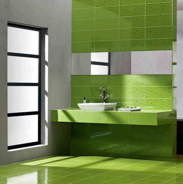 Узоры из однотонной керамической плитки в ванной