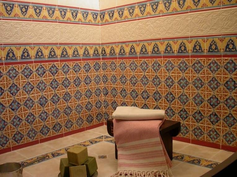 Восточные узоры на плитке для ванной комнаты