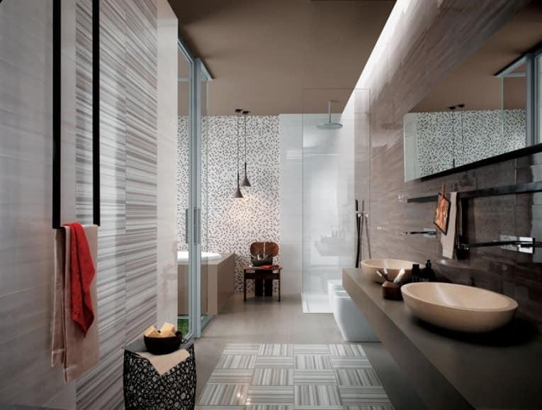 Плитка с рисунком в светлой ванной фото