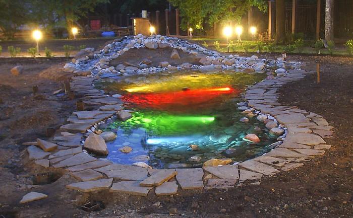 Красивая подсветка пруда на фото