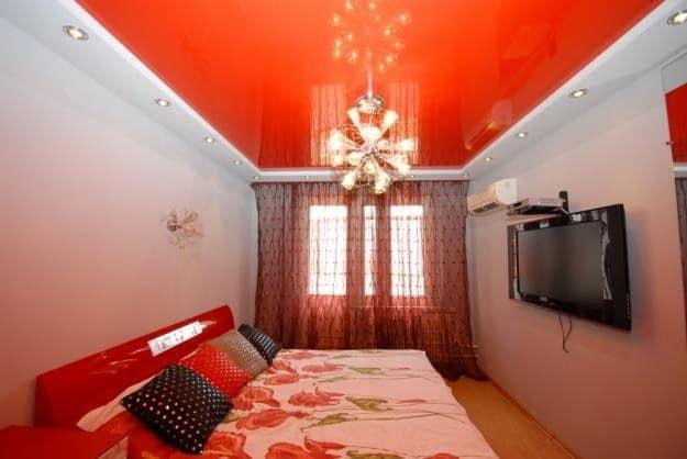 Красный потолок в спальне фото