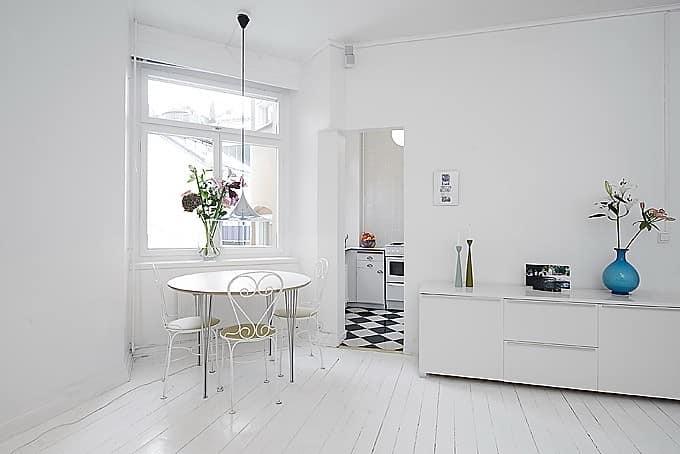 Белый цвет потолка в белой комнате - неудачная идея