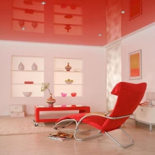 Красный цвет потолка в гостиной