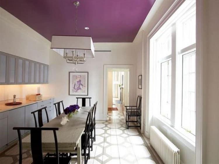 Фиолетовый цвет потолка в столовой